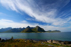 Mar, montañas y nubes imagen de archivo
