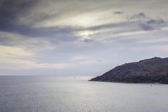 Mar, montanha e nuvem Foto de Stock