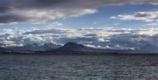 Mar, montanhas, céu dramaric Fotografia de Stock Royalty Free