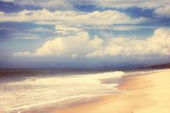 Mar, montanhas e céu com nuvens Imagens de Stock