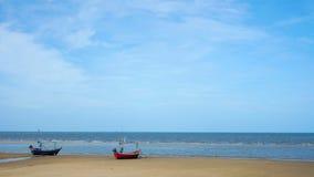 Mar morno amarelo da areia e do verão com céu filme