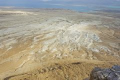 Mar Morto durante o inverno que mostra a cama de sal na praia Fotografia de Stock Royalty Free