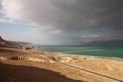 Mar Morto e costa con le nuvole incombenti Fotografie Stock Libere da Diritti
