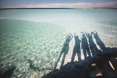 Mar Morto Israel dos amigos do grupo fotografia de stock