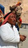 MAR MORTO - ISRAEL NIVELADA 10-29-16: Retrato de um beduíno e de seu camelo O beduíno de Negev é tribos árabes nômadas tradiciona Fotografia de Stock Royalty Free