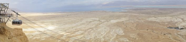Mar muerto durante invierno con la tranvía de Masada foto de archivo libre de regalías