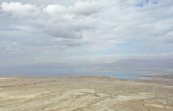 Mar muerto durante invierno con las nubes de la cumbre de Masada fotos de archivo