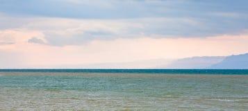Mar muerto en día nublado Fotos de archivo