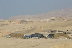 Mar muerto, Jordania 24 de diciembre de 2015: Gente nómada que vive por el mar muerto Imagen de archivo