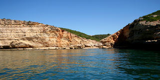 Mar na costa foto conservada em estoque do Algarve, Portugal Imagens de Stock Royalty Free