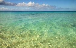 Mar na praia, no turco grande, nos turcos e no Caicos do regulador, das caraíbas Imagem de Stock Royalty Free