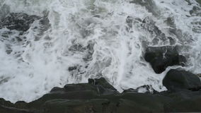 Mar Nero ondeggia lavando la riva di Costanza stock footage