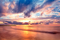 Mar no nascer do sol com ondas agradáveis Imagens de Stock