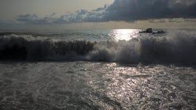 Mar no por do sol Ondas no mar imagem de stock royalty free