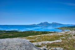 Mar noruego y montañas - Helgeland Fotografía de archivo
