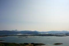 Mar noruego y montañas - Helgeland Foto de archivo
