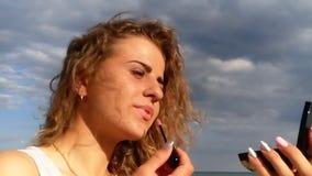 Mar novo dos cosméticos do cabelo encaracolado da menina bonita vídeos de arquivo