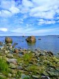 Mar, nuvens, céu, pedras, calor imagens de stock royalty free