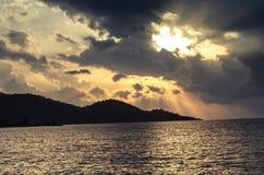Mar, nuvens e Sun imagem de stock