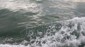 Mar o olas oceánicas y espuma después del barco o del yate de motor almacen de video