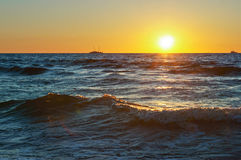 Mar, ondas, arena, puesta del sol, tarde, viaje, vacaciones, playa, relajación Imágenes de archivo libres de regalías