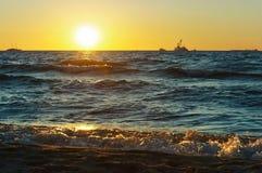 Mar, ondas, arena, puesta del sol, tarde, viaje, vacaciones, playa, relajación Imagen de archivo libre de regalías
