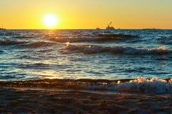 Mar, ondas, arena, puesta del sol, tarde, viaje, vacaciones, playa, relajación Foto de archivo