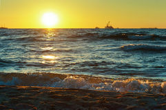 Mar, ondas, arena, puesta del sol, tarde, viaje, vacaciones, playa, relajación Fotografía de archivo