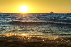 Mar, ondas, arena, puesta del sol, tarde, viaje, vacaciones, playa, relajación Foto de archivo libre de regalías