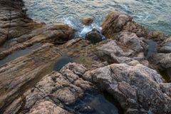 Mar, ondas, arena y piedras Fotos de archivo libres de regalías
