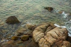Mar, ondas, arena y piedras Imágenes de archivo libres de regalías