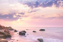 Mar - paisaje de la salida del sol sobre la costa costa rocosa hermosa Fotos de archivo libres de regalías