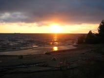Mar pequeno em Rússia, no por do sol foto de stock