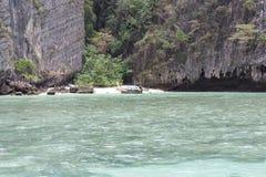 Mar perto da costa rochosa Foto de Stock Royalty Free