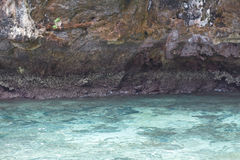 Mar perto da costa rochosa Imagem de Stock