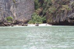 Mar perto da costa rochosa Fotos de Stock
