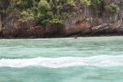Mar perto da ilha Fotografia de Stock Royalty Free
