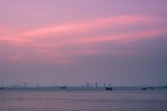 Mar por la tarde con el cielo púrpura Foto de archivo libre de regalías