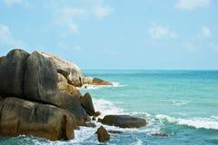 Mar, praia, costa, pedras, céu Imagens de Stock Royalty Free