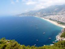 Mar, praia e a cidade de Alanya Foto de Stock Royalty Free