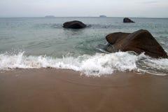 Mar, praia, navio no horizonte Fotos de Stock