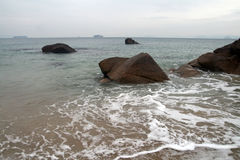 Mar, praia, navio no horizonte Fotos de Stock Royalty Free