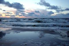 Mar preocupado en la puesta del sol imagenes de archivo