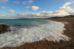 Mar que apressa-se na praia da telha fotografia de stock