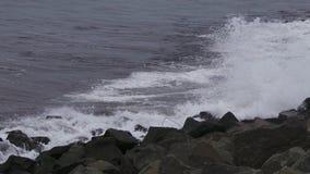Mar que golpea las rocas en Hartlepool Fotografía de archivo