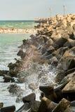 Mar que golpea una presa de piedra Imagen de archivo libre de regalías