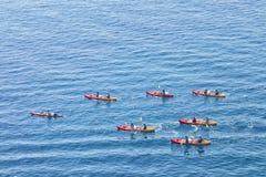 Mar que kayaking em canoas vermelhas imagens de stock