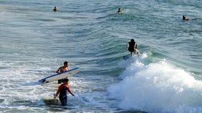 Mar que practica surf en verano imagen de archivo