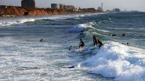 Mar que practica surf en verano imagen de archivo libre de regalías