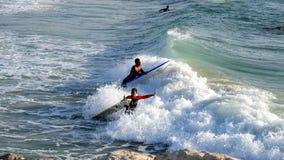 Mar que practica surf en verano foto de archivo